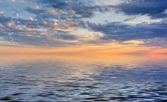 erstaunlicher Sonnenuntergang auf dem Ozean foto