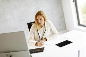 Geschäftsfrau, die Notizen aufschreibt foto