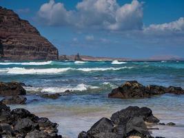 Wellen nähern sich der Küste auf den Kanarischen Inseln von Orzola Lanzarote foto