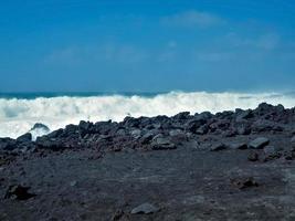 Wellen treffen auf die schwarze Vulkanküste auf den Kanarischen Inseln El Golfo Lanzarote foto