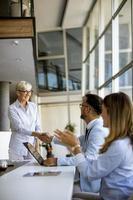 vertikale Ansicht einer Gruppe von Geschäftsleuten foto