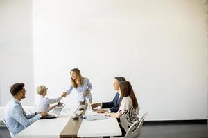 Gruppe von Geschäftsleuten mit Kopierraum foto