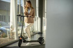Frau mit Roller im Büro foto