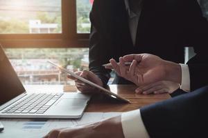 Geschäftsteam, das Einkommensdiagramme und -diagramme analysiert, um das Marketingkonzept mithilfe von Tablet und Taschenrechner für die Analyse zu planen foto