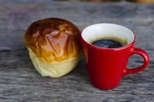 Stillleben Essen und Trinken mit heißem Kaffee und Brötchenbrot foto