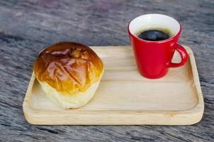 Nahaufnahme von Espresso-Kaffeetasse und Brötchenbrot foto