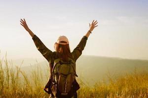 Frau, die auf einer Wanderung feiert foto