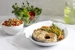 Fleisch und Gemüse, Diät-Teller foto