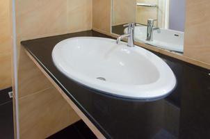 Waschbecken im Badezimmer waschen foto