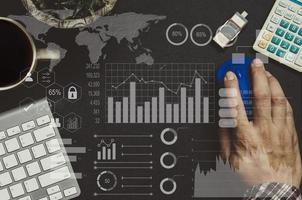 Der Investor analysierte Börsenberichte und Finanz-Dashboards mit Business Intelligence. Analyse von Marketingplänen und Geschäftswachstum. Element dieses Bildes von der NASA eingerichtet foto