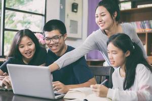 asiatische Studenten in der Bibliothek foto
