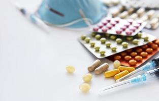 blaue medizinische Maske und Medizinpillen foto