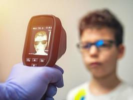 ein thermischer Scanner für Fieber und Symptome des Coronavirus foto