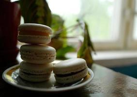 vier Macaron-Desserts auf einer Untertasse foto
