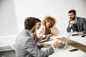 Gruppe von Geschäftsleuten, die zusammenarbeiten foto