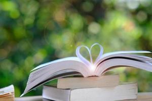 Buch über Green Bokeh Hintergrund und Bildungslernkonzept foto