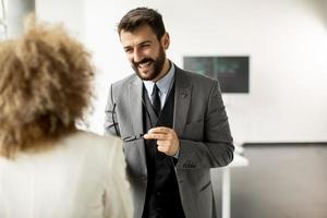 zwei Geschäftsleute reden foto