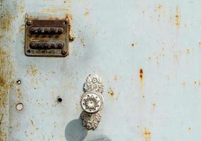 altes digitales Zahlenschloss an einer Eisentür foto