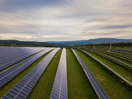Solarkraftwerk auf einem Hintergrund des Himmels foto