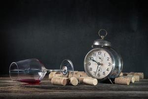 leeres Weinglas der Korken des alkoholischen Getränks und Weinleseweckerkonzept des Alkoholismus foto