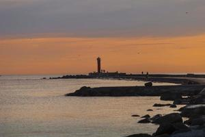 abends Leuchtturm am Eingang zum Hafen von Riga foto