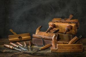 Stillleben mit Tischlerwerkzeugen Bankflugzeugen Holzschnitzmeißel foto