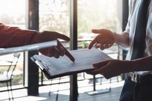 Investoren- oder Analysten- oder Berater- oder Ökonomenkonzept. Geschäftsleute und Partner diskutieren, um eine Schlussfolgerung an der Börse zu ziehen. foto