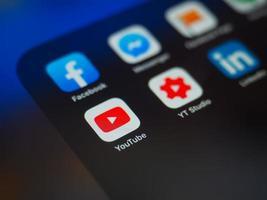 bucharest, rumänien 2019- facebook app in der nähe von social media anwendungen foto