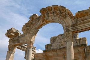 der Tempel von Hadrian in der antiken Stadt Ephesus in der Türkei foto