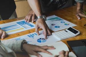 Gruppe von Geschäftsleuten und Buchhaltern, die Datendokumente auf einem digitalen Tablet überprüfen, um Korruptionskonten zu untersuchen. Anti-Bestechungs-Konzept foto