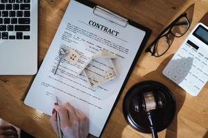 Anwalt prüft das Vertragsdokument, bevor er es an den Kunden sendet. foto
