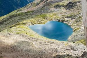 schöner See in Form des Herzens foto