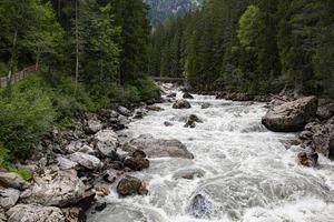 Holzbrücke überquert den oetztaler Fluss in den österreichischen Alpen foto