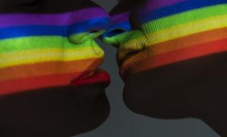 Stolz Flagge Transparenz auf zwei lgbt Menschen küssen foto
