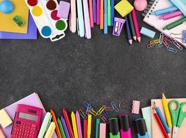 Zurück zum Schulhintergrund mit Schulmaterialhintergrund foto