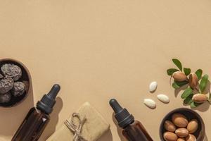 Flaches Sortiment an Arganöl-Pflegeprodukten foto
