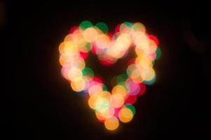 Weihnachtsgirlande mit bunten Lichtern in Form eines Herzens foto