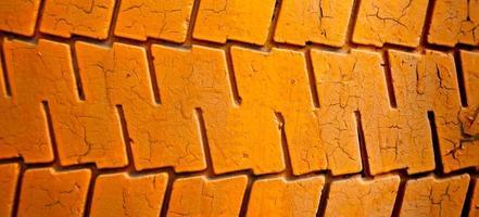 gemalt im orangefarbenen alten Autoreifenhintergrund foto