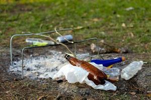 Ein Müllhaufen im Waldpark in der Nähe des Lagerfeuers foto