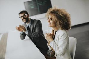 multiethnische Gruppe von Geschäftsleuten, die zusammenarbeiten und nach erfolgreichem Treffen im Amt applaudieren foto