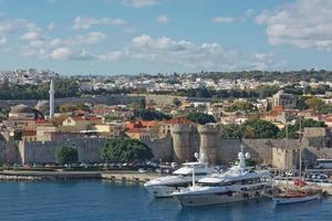 Meerestor und die Befestigungen der Altstadt von Rhodos, Griechenland foto