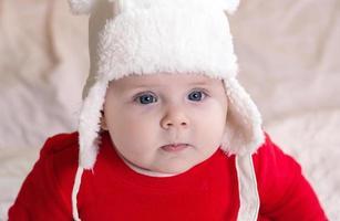 Weihnachtskind ist nachdenklich träumerisch überraschte Gefühle foto