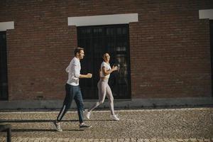 junges Paar läuft in der städtischen Umgebung foto