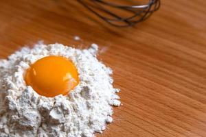 Kochzutaten und Küchenutensilien auf Holztisch foto