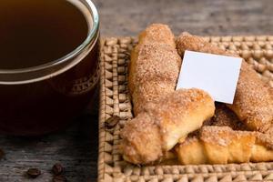Croissants liegen in einem Weidenkorb mit Teetasse foto