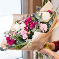Floristenfrau, die schönen Blumenstrauß hält foto