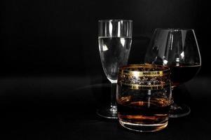 Gläser mit verschiedenen Getränken Brandy Whisky Champagner oder Bourbon foto