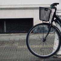 Rad des Fahrrads auf der Straße foto
