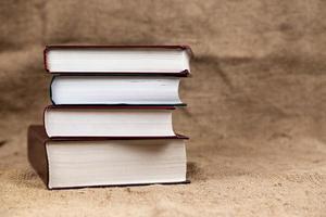 ein Stapel gebundener alter Bücher foto