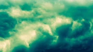 dramatischer stürmischer dunkelgrüner Hintergrund foto